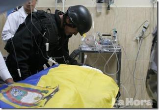 Un soldato delle forze speciali leali piange sul corpo del commilitone Froilán Jiménez, caduto nella battaglia per liberare il presidente.